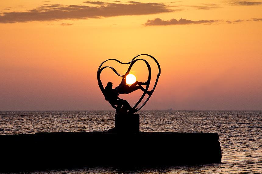Скульптура «Солнечное сердце» на пирсе